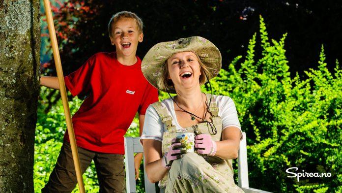 "Bjørnhild som ""Garden Girl"" med Henrik som assistent."