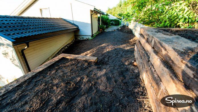 Vi er ikke helt ferdig med hagen ennå, men vi er godt igang!