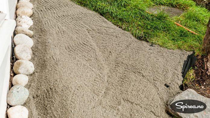 Under sedummattene la vi subbus (sand) som plantene kan vokse i.