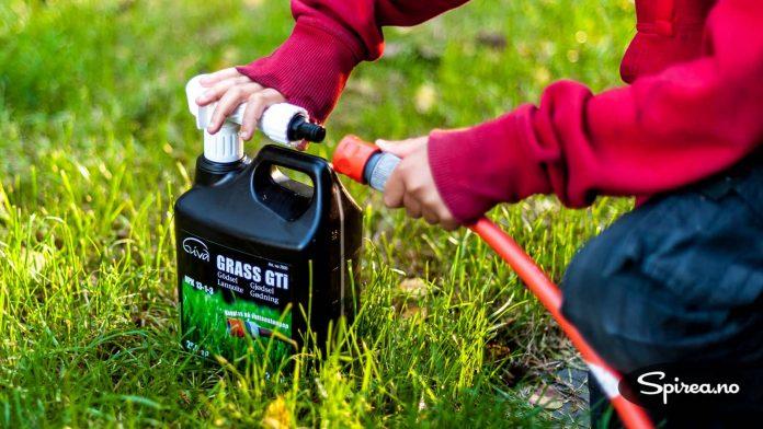 Du kobler enkelt og greit flasken med Grass GTI til hageslangen, og setter i gang.