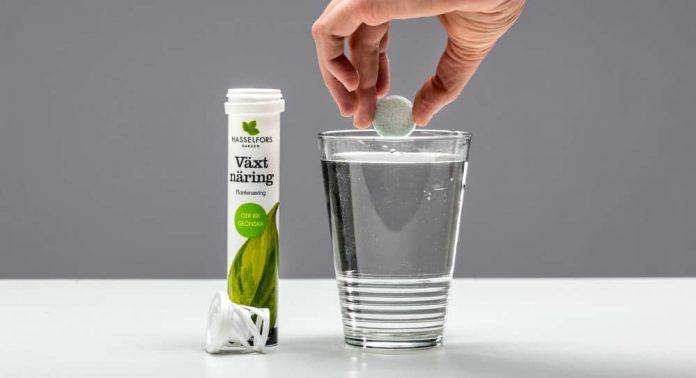 Putt tabletten i vannet så løser den seg raskt opp.