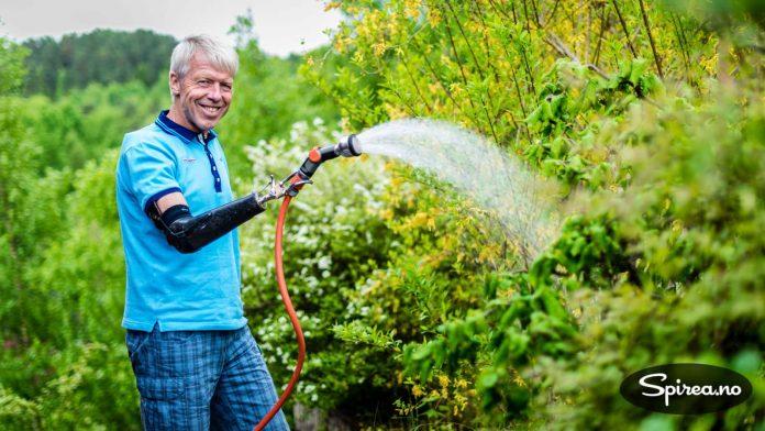 Cato Zahl Pedersen har en flott hage, og liker å gjøre hagearbeid.