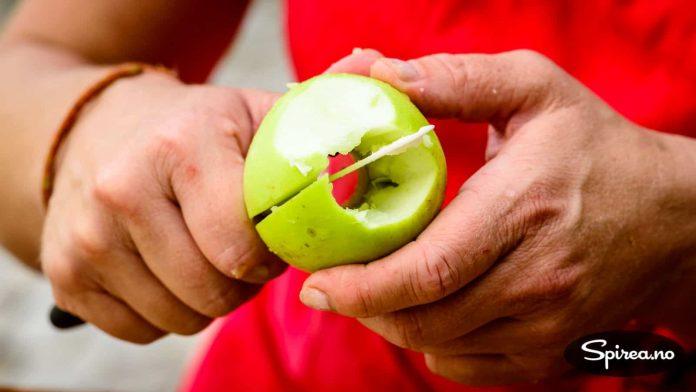 Før eplene går i kjelen, fjernes kjernehuset.