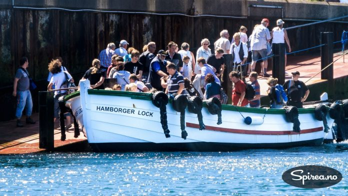 De store båtene kommer ikke helt inntil havnen, så det siste stykket ble vi fraktet i en skyssbåt, sammen med mange andre...