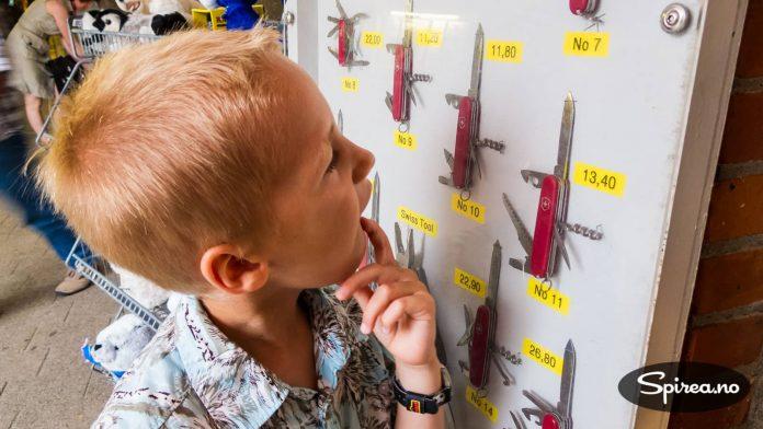 Henrik lurer veldig på om han skal investere i en ny lommekniv.
