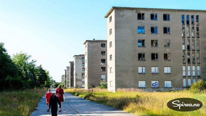 Hitlers gigant-hotell, Prora, ble aldri tatt i bruk. I dag står mesteparten av bygningsmassen slik som på bildet. Et kaldt gufs fra fortiden, men samtidig et interessant sted.
