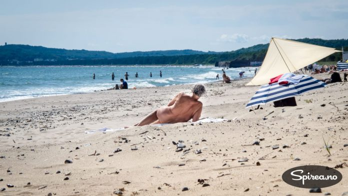 Det er befriende å være på en tysk FKK-badestrand. Gamle og unge kaster klærne og koser seg i solen.