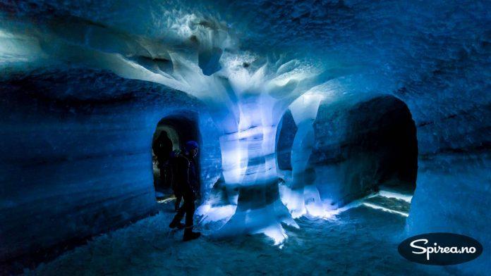 Det er veldig spesielt å være INNI en isbre. La oss håpe det fortsetter å være kaldt her, slik at dette kunstverket kan glede nye besøkende.