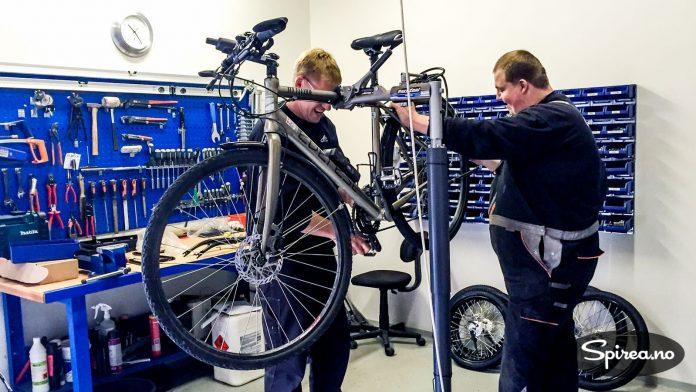 Selv om sykkelen er i tipp topp stand når du legger ut på tur, kan det oppstå tekniske problemer. Benytt deg av lokale sykkelverksteder. Som regel får du billig og bra hjelp, som her i Hanstholm, Danmark.