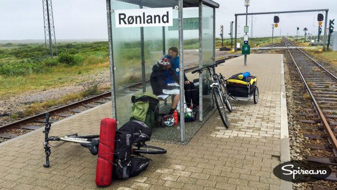 Etter å ha syklet i sterk vind i flere timer, kom vi til Rønland jernbanestasjon. Derfra tok vi toget til Lemvig.