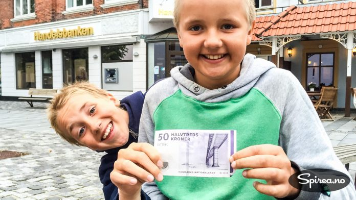 Det danske pengesystemet er ikke lett å forstå seg på, mener Henrik og Andreas. Men en 50-lapp er i hvert fall verdt 50 danske kroner.