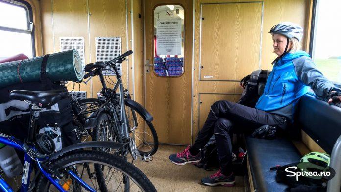 Inne på toget var det god plass til både oss og syklene.