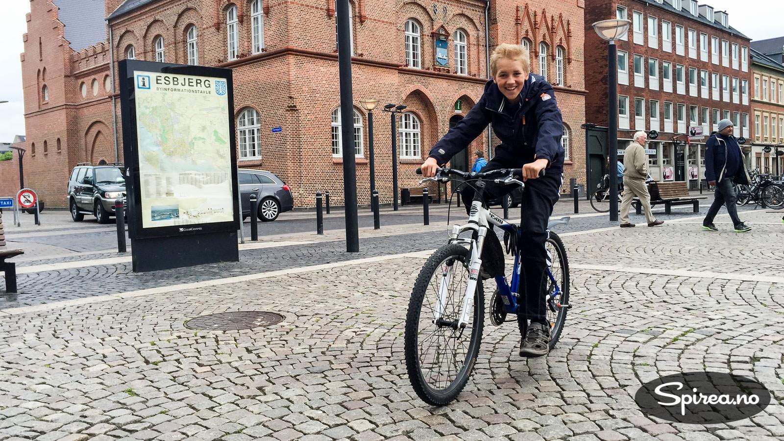 Henrik prøver sykkelen på de brosteinsbelagte gatene i Esbjerg.