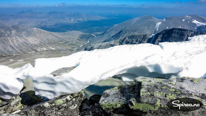Denne snøen blir snart erstattet med ny. Sikt deg inn mot august og september.