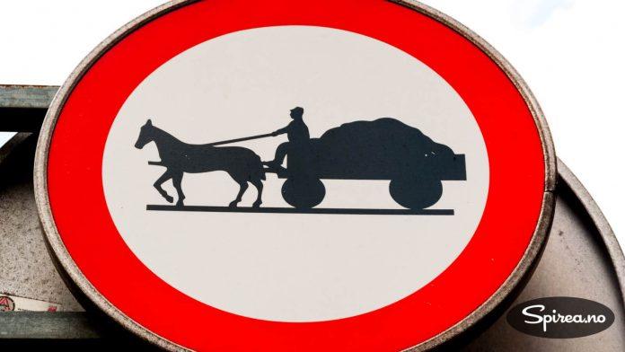 """Dette skiltet har vi aldri sett andre steder enn i Innsbruck. Vær oppmerksom på mann med hest og et lass med """"noe"""". Ekvipasjen kom aldri da vi sto der..."""