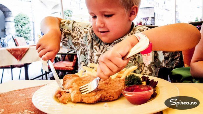 WIENER-SCHNITZEL: Barneporsjoner i Østerrike er store. Vår Andreas (5 på bildet) elsket dette måltidet og klarte å sette til livs alt. Mulig det ble igjen noe grønt.