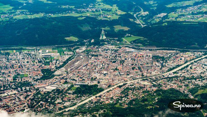 TRANGT: Innsbruck er en passe stor by, som har klart å bruke hver kvadratmeter i dalen mellom fjellene.