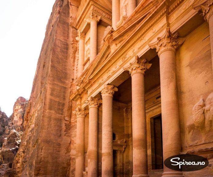 Tempelet er det første du ser når du kommer inn til Petra. Alt er skåret ut av selve fjellet!
