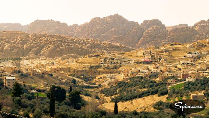 Dette er Wadi Musa, Mosesdalen. Nede i de knudrete fjellene bak gjemmer oldtidsbyen Petra seg.