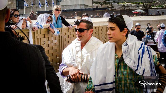 Vi kaller det konfirmasjon. Jødene kaller det Bar Mitzvah. Tore tok på seg en kalott og med en pressefotografs albuer kom han seg helt fram til disse israelske kjendisene. Bjørnhild måtte stå utenfor, sammen med alle de andre damene - som laget en voldsom lyd da gutten ble mann få meter fra Klagemuren.