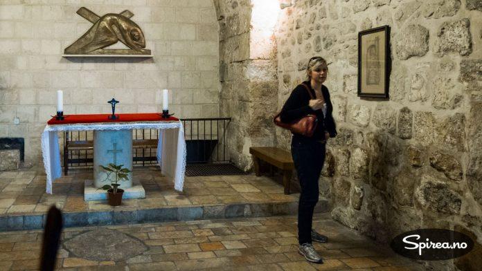 """Langs Via Dolorosa er det ulike """"poster"""" som forteller om Jesus sin lange ferd med korset. Ved denne kirken mistet han korset i bakken."""