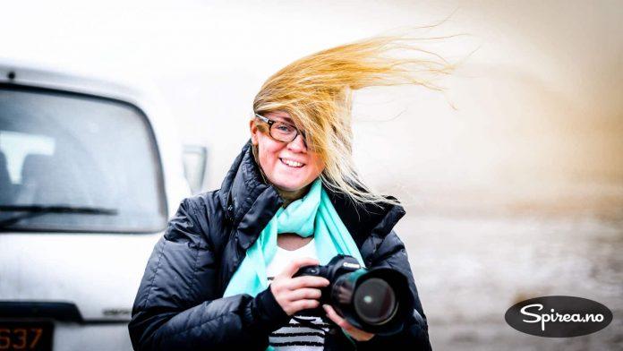 Ikke lett å holde frisyren på plass. Været på Svalbard skifter fort, og det kan bli MYE vær.