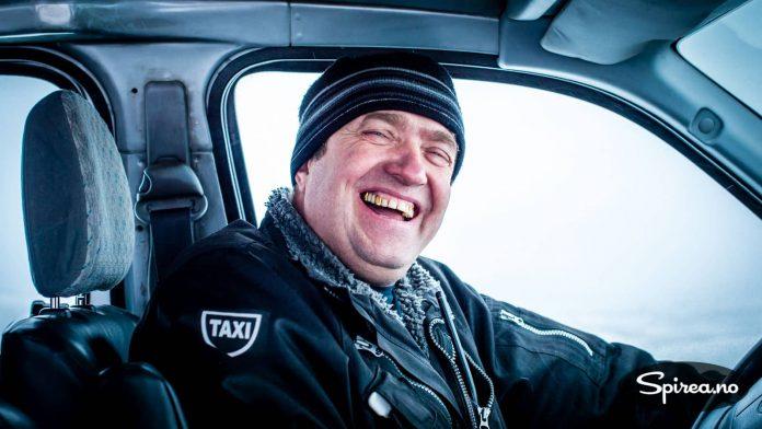 Vår venn Dimitri kjørte oss rundt i sin taxi. Han hadde brukt deler av lønna si på gull-tenner.