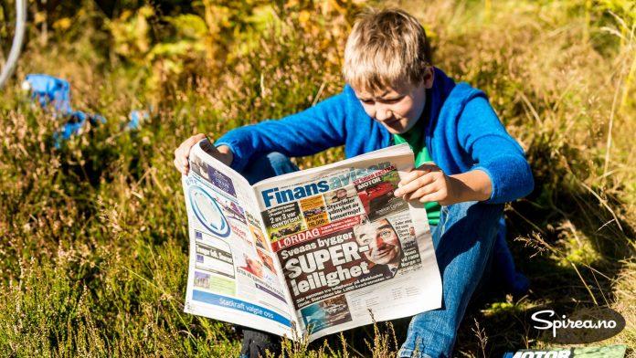 Andreas venter på storebror og leser Finansavisen for å finne tips til hvordan han kan bli rik.