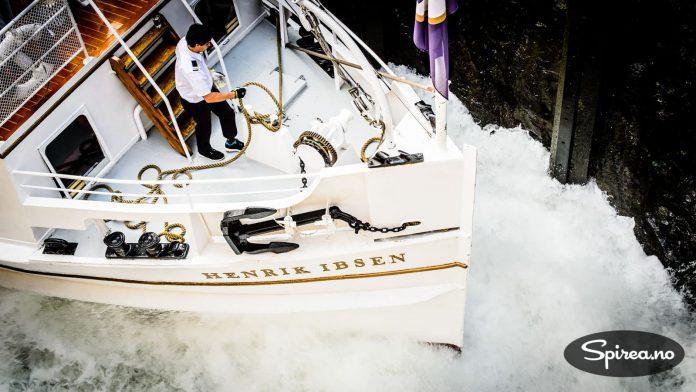 Båten blir bokstavelig talt løftet opp ved at det fylles vann i slusekammeret.