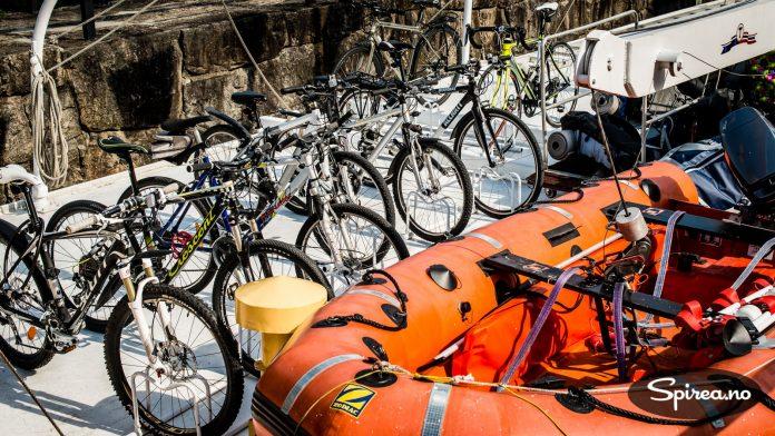 Du kan bestille plass til sykkelen på kanalbåten, der blir den godt passet på.