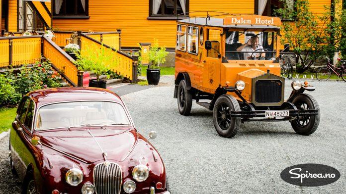 """Den gule """"minibussen"""" fra 1924 blir brukt til å frakte hotell-gjester til og fra kanalbåten. Jaguaren til venstre ser også veldig riktig ut i disse omgivelsene."""
