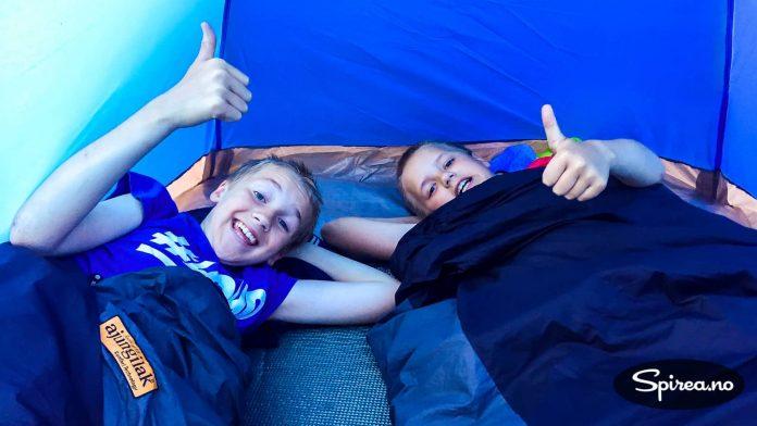 """Henrik og Andreas ville ha sitt eget telt på denne turen. Og fikk det. Et såkalt """"festivaltelt"""" som kostet 149,- Men det fungerte helt greit."""