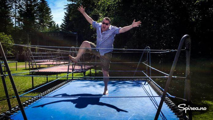 Hoppende glad: Tore (46 og et halvt på bildet) glemmer aldri første gangen han fikk prøve en trampoline. Det var på denne! Året var 1979 og bensin kostet 2,77 per liter.