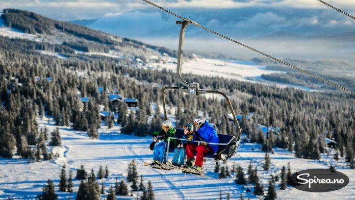 Alpinanlegget har to stolheiser som gjør transporten til toppen til en behagelig affære.