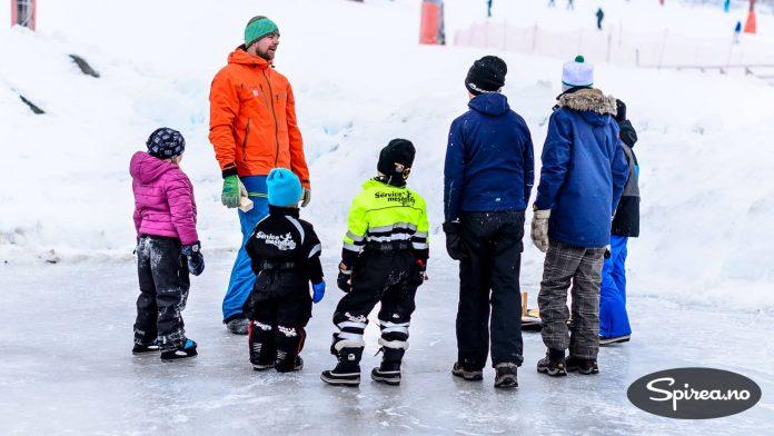 Skeikampens idrettskoordinator Torger Fenstad forklarer reglene i curling.
