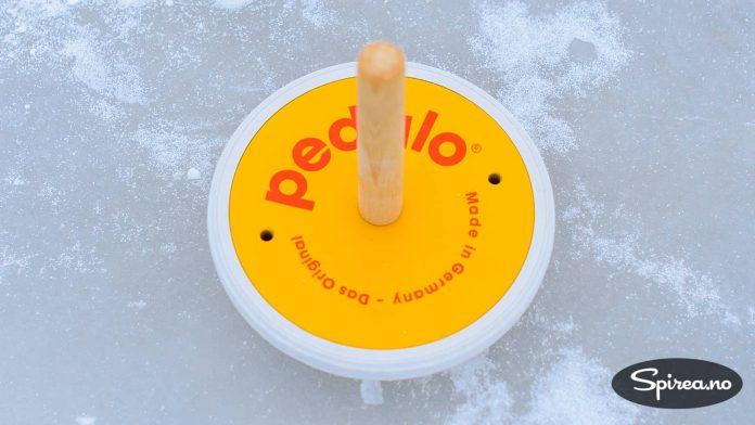 """Den tyske produsenten Pedalo produserer curling""""steiner"""" som er litt mer egnet til lek og moro enn originale, blytunge curlingsteiner."""