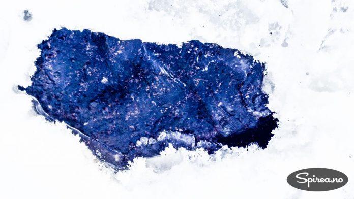 Ved å hugge hull i isen kan du hente vann i bekken også midt på vinteren.
