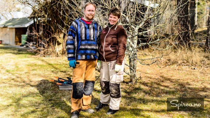 Hageselskapets gartnere Snorre og Marianne Enger Utengen forklarer hvordan du skal beskjære frukttrær og bærbusker.