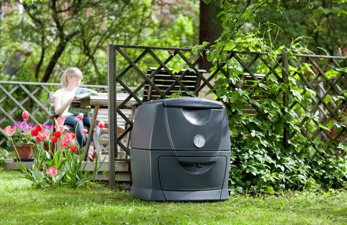 Varmkompost lukter ikke, hvis prosessen går som den skal, og beholderen kan derfor plasseres rett ved uteplassen hvis du ønsker det. Foto: Hasselfors Garden