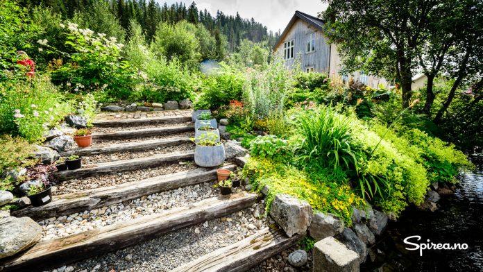 Ned mot Nystølsvannet er det laget en trapp av gamle jernbanesviller.