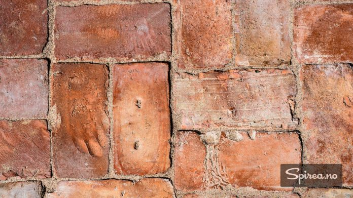 Mursteinene på gulvet er hentet fra en gammel sveitservilla som skulle rives. Som du kan se er de håndlagde.