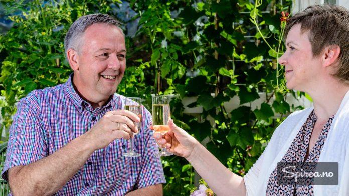 Foreløpig har det ikke blitt nok druer på vinrankene til å lage egen vin, men det går jo an å skåle i vin fra polet også, mener Egil og Mariann.