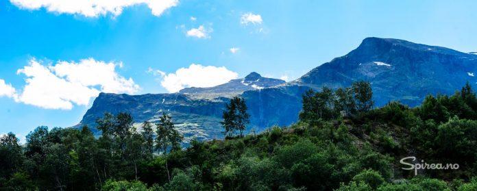 Det mektige Grindafjell på 1724 meter over havet troner i bakgrunnen av Valdres-hagen.