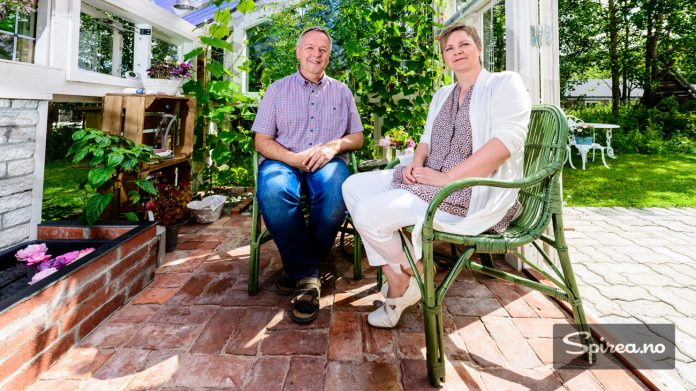 Drivhuset til Egil Bjørsland og Mariann Svingen fungerer som en koselig utestue året rundt.