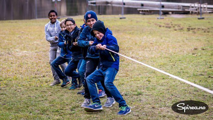 Vinnerlaget: Disse gutta klarte å organisere seg best, og vant tautrekkingen.