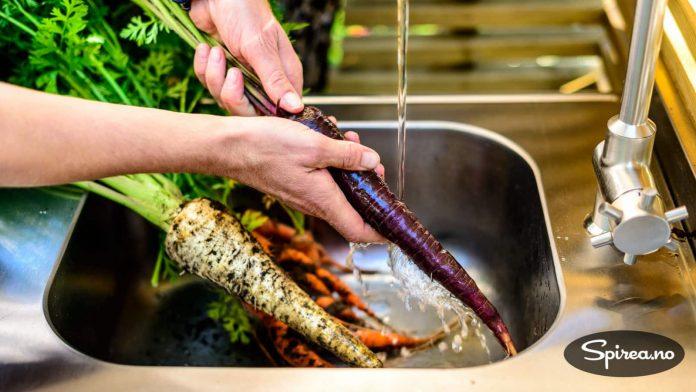 Det er praktisk med en vask slik at du kan skylle grønnsakene og sette dem til koking uten å ta av skoene.