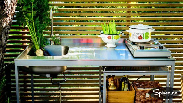Vannkranen er koblet til en hageslange, og kokeplaten settes ut ved behov.