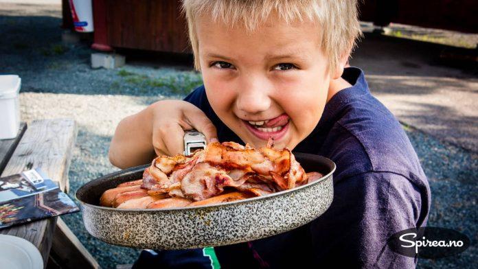 Ser ikke dette godt ut? Gutter trenger mat med mye kalorier på aktive ferier.