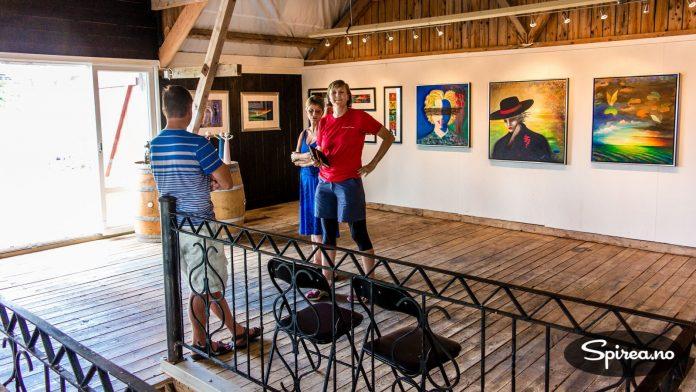 Den gamle låven er på en elegant måte gjort om til et flott galleri hvor kunst kan vises fram.