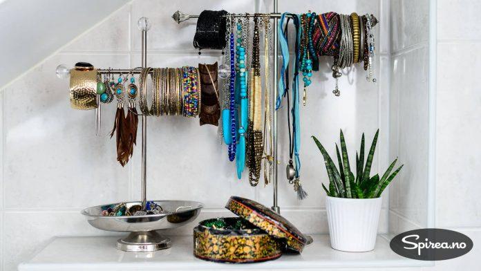 """Thea er glad i smykker. Nå har hun laget en egen """"smykkebutikk"""" på badet."""